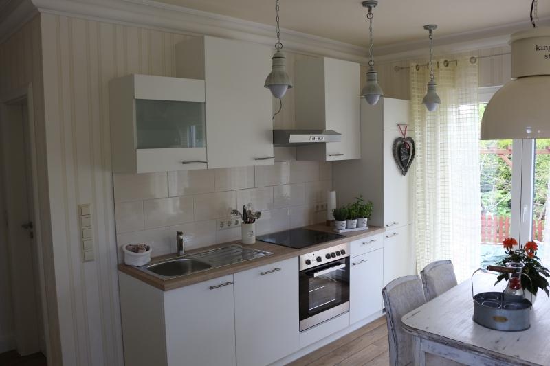 Die moderne Küche mit Geschirrspüler, Ceranherd, Backofen, Kühl-Gefrierkombi und Dunstabzug