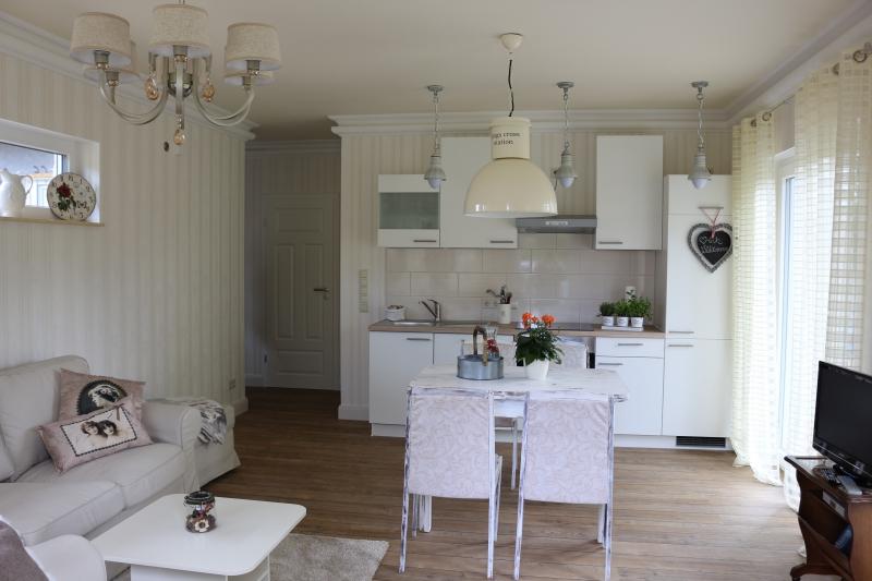 Heller gemütlicher Wohnbereich mit Esstisch und offener Küche